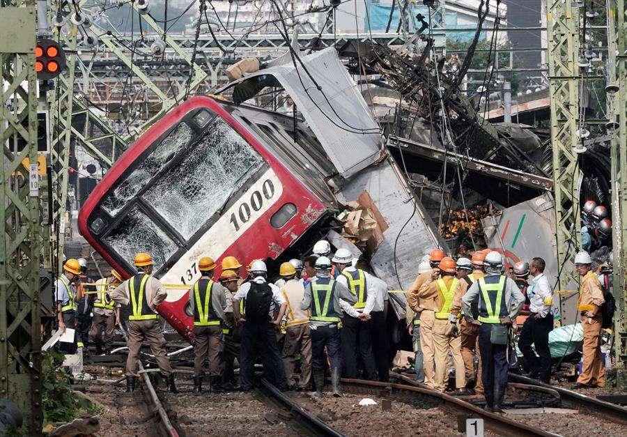 Al menos una persona murió y más de treinta resultaron heridas después de que el tren chocara con un camión, según informaron medios locales. EFE
