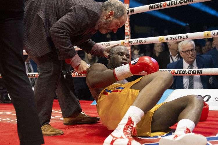 Adonis Stevenson es atendido por el médico luego de ser noqueado. Foto: AP