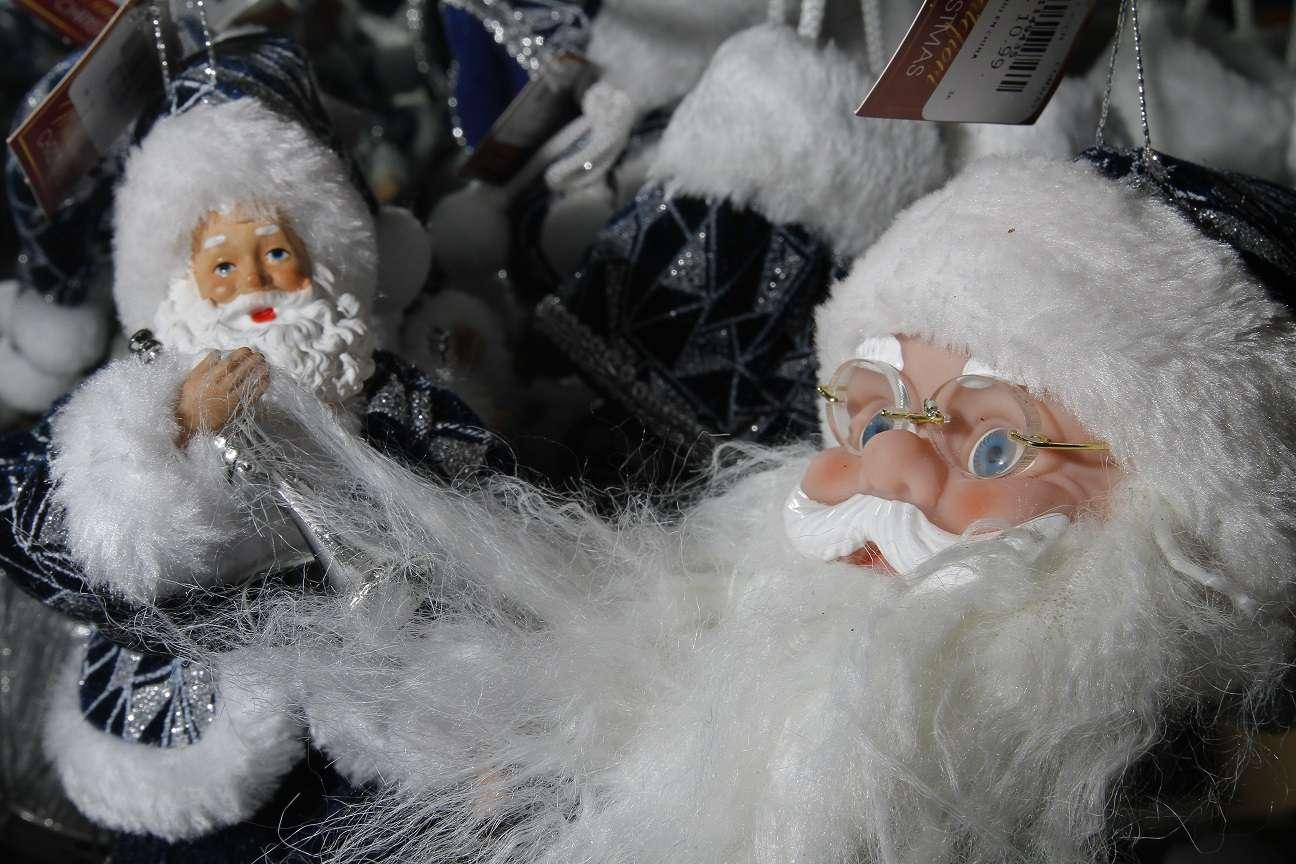 Este año está muy de moda los peluches para el árbol de Navidad en tono plata y azul. Foto: Edwards Santos
