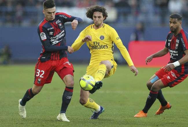 El centrocampista del París Saint Germain (PSG) Adrien Rabiot (amarillo). Foto: AP