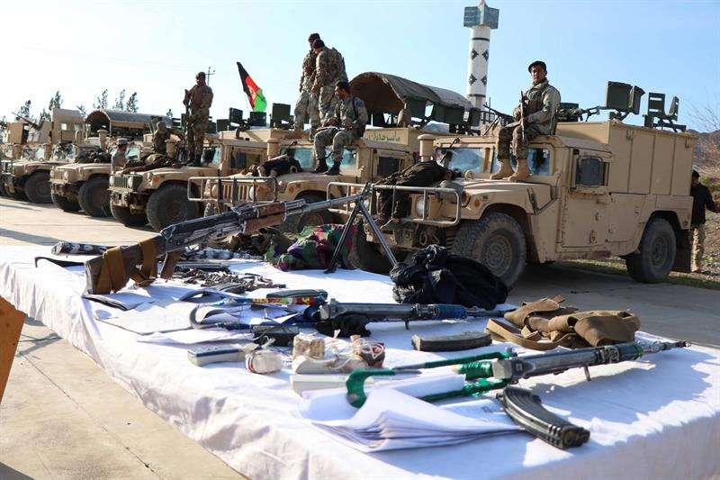 Varios soldados hacen guardia junto a cadáveres de supuestos militantes talibanes abatidos durante una operación militar, este jueves en Herat (Afganistán). EFE
