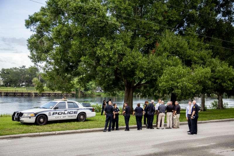 Los equipos de buceo del Departamento de Bomberos de Tampa recuperaron el cuerpo del niña que luego fue declarada muerta en el hospital. AP