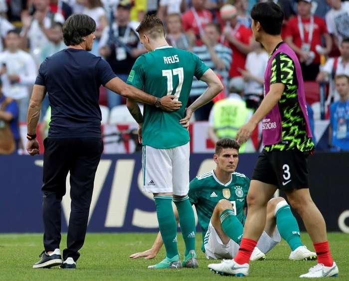 Joachim Löw (i) consuela al delantero alemán Marco Reus después de su derrota por 2-0./EFE