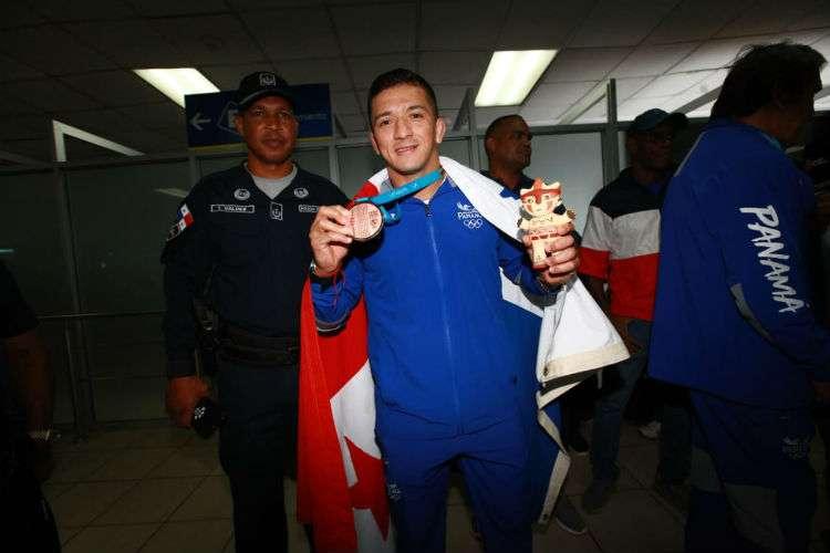 Alvis Almendra muestra su medalla de bronce lograda en los Juegos Panamericanos de Lima 2019. Foto: Anayansi Gámez