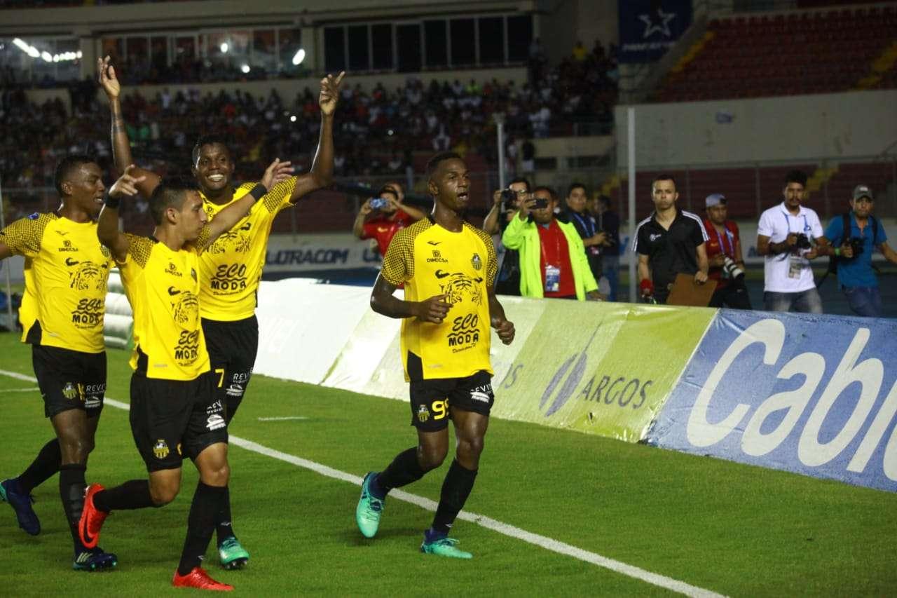 Omar Browne (99), volante del CAI, celebra su gol frente al Tauro. /Anayansi Gamez