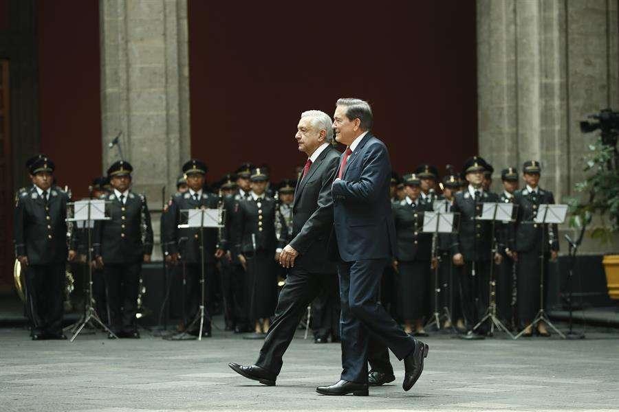 El presidente de México, Andrés Manuel López Obrador (i), y su homólogo de Panamá, Laurentino Cortizo (d), caminan este miércoles durante su recibimiento protocolario en Palacio Nacional, en Ciudad de México (México). EFE