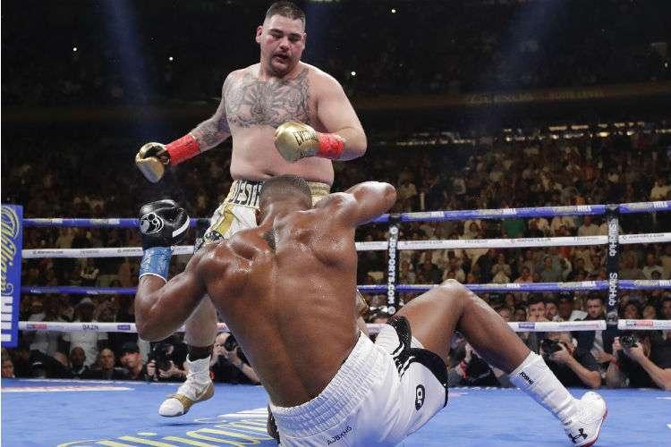 Andy Ruiz envía a la lona a Anthony Joshua durante el combate. Foto: AP