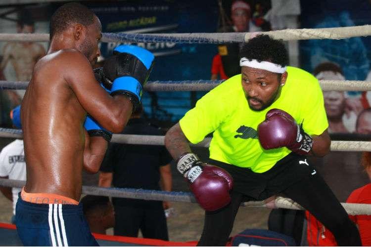 """Anselmo """"Chemito"""" Moreno (der.) trabaja en un ring del gimnasio Pedro """"El Rockero"""" Alcázar de Curundú. Foto: Anayansi Gamez"""
