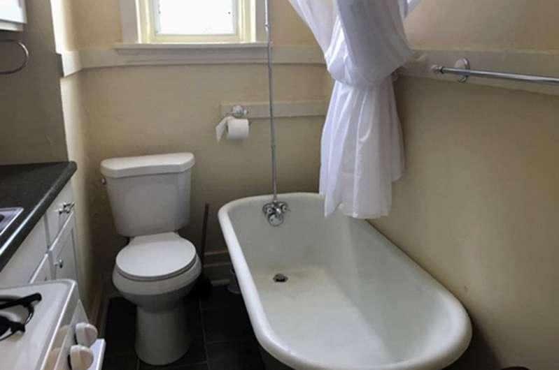 El inodoro, la bañera, el horno y el lavabo están todos en una habitación. Foto: AP