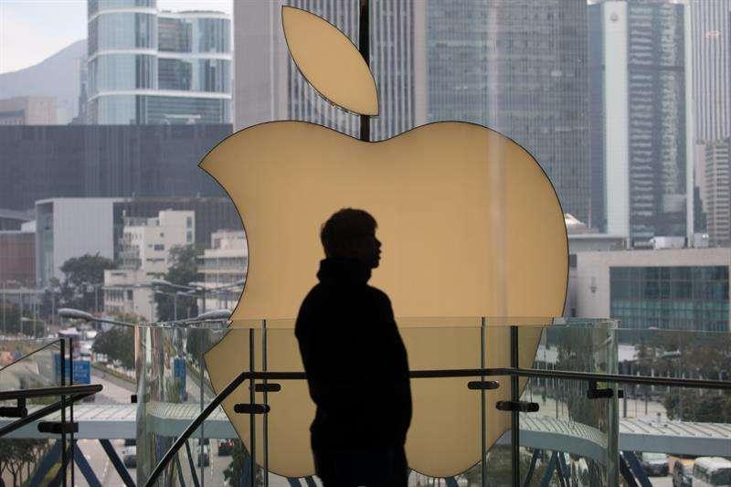 La firma Apple ha pedido a sus proveedores que estudien la posibilidad de trasladar entre el 15 y el 30 % de su capacidad de producción desde China hasta países del sudeste asiático y México, informó hoy el diario Nikkei. EFE/Archivo
