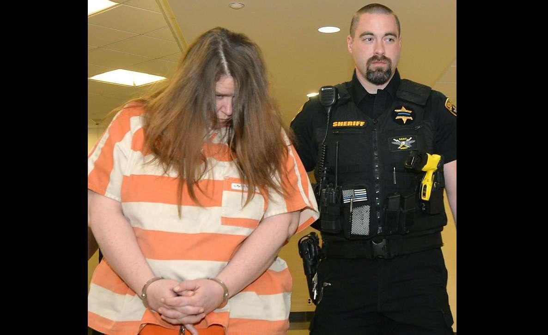 Windi Thomas, a la izquierda, fue conducida a una audiencia en el Tribunal Central en el Palacio de Justicia del Condado de Erie en Erie, Pa. AP