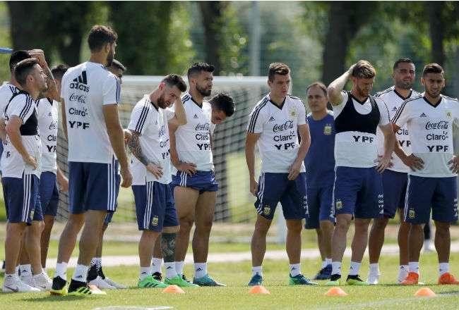La selección de Argentina sufrió para clasificar a los octavos de final. Foto: AP