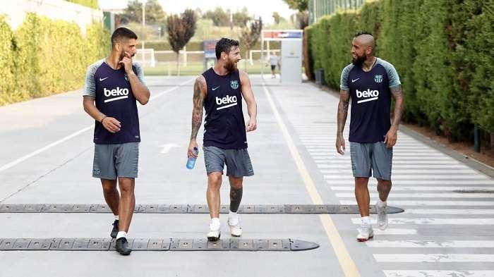 Arturo Vidal en su primer entrenamiento junto a sus nuevos compañeros, Messi y Suarez./@FCBarcelona_es