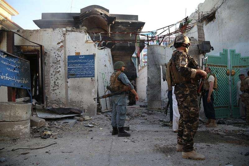 Varios oficiales de seguridad montan guardia en la escena del ataque a la sede provincial del Ministerio afgano de Refugiados en la ciudad de Jalalabad (Afganistán). EFE