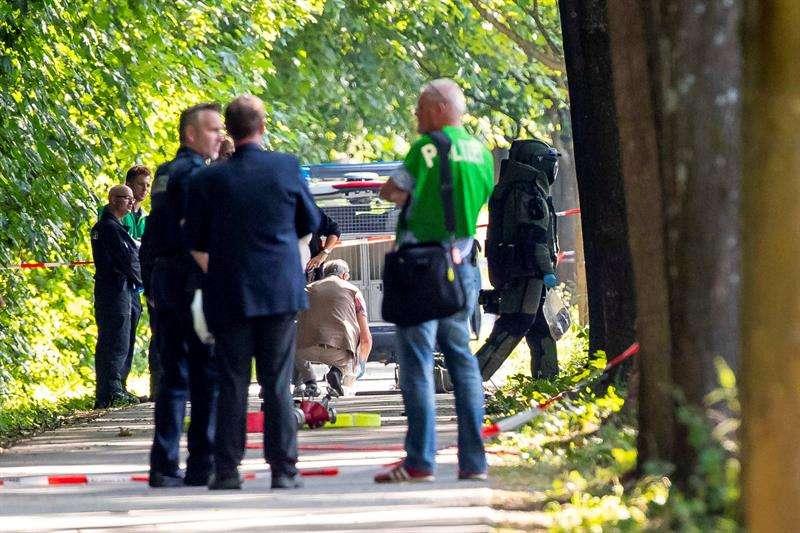 Efectivos de cuerpos de seguridad trabajan en el lugar donde doce personas resultaron heridas, dos de ellas de gravedad, en un ataque cometido por un hombre armado con un cuchillo en un autobús urbano, en la ciudad alemana de Lübeck. EFE