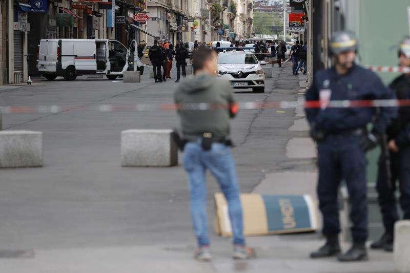Agentes de la Policía francesa vigilan el perímetro de desplegado tras la localización de una mochila bomba el pasado viernes en Lyon. EFE