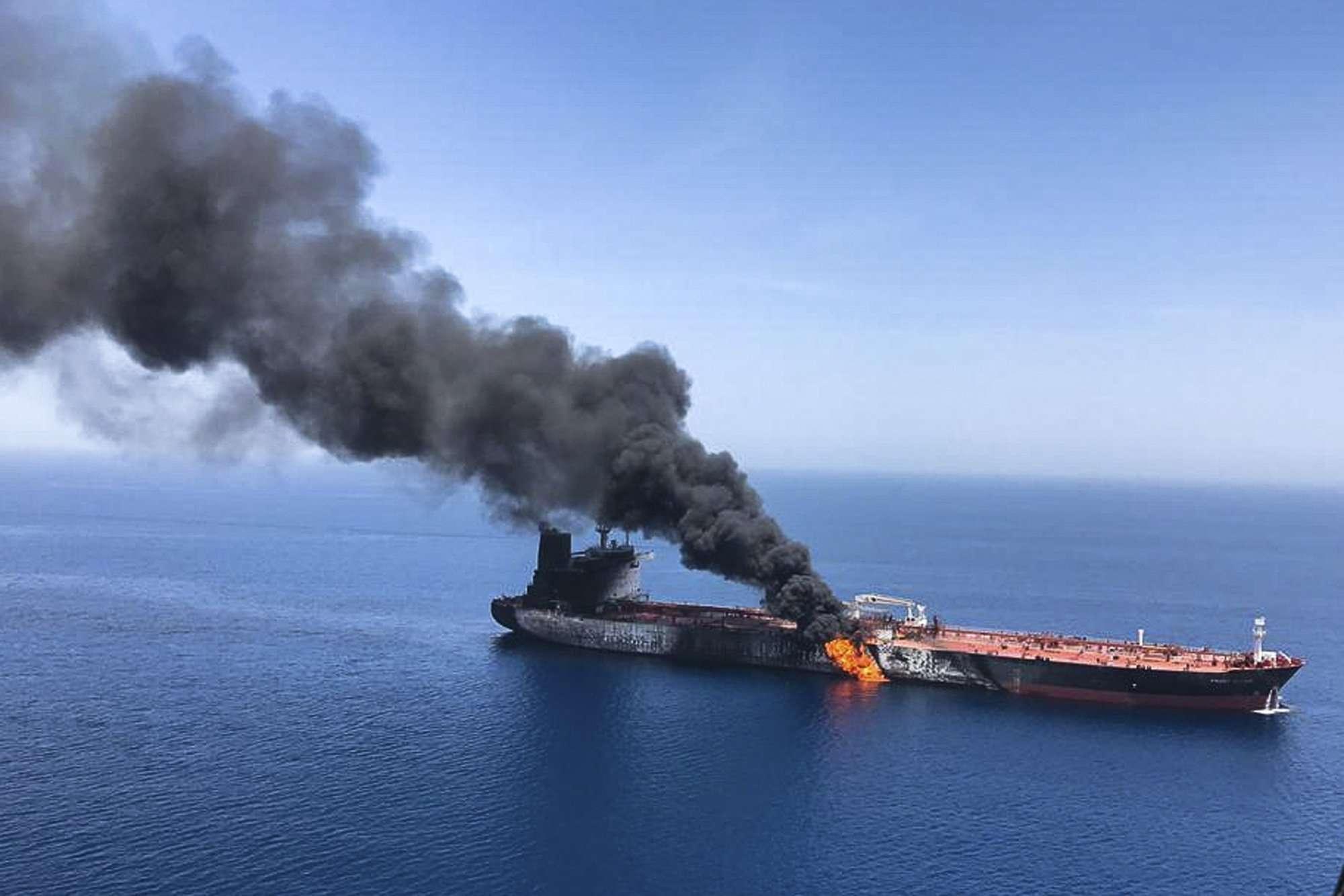 Un asalto que dejó a uno de los petroleros en llamas y a la deriva mientras que los marineros fueron evacuados de ambos buques. AP