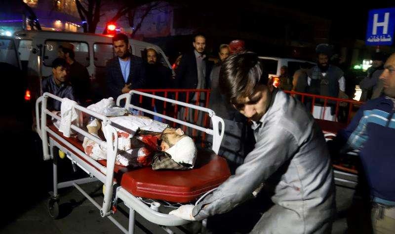 Miembros de los servicios de emergencia transportan en camilla a un herido tras un ataque suicida en Kabul, Afganistán. EFE