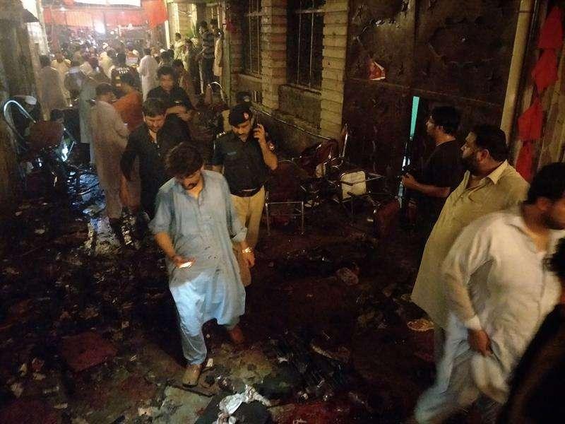 Funcionarios de seguridad inspeccionan el lugar de una explosión que tenía como objetivo un acto de campaña electoral del Partido Nacional Awami, hoy, martes 10 de julio de 2018, en Peshawar (Pakistán). EFE