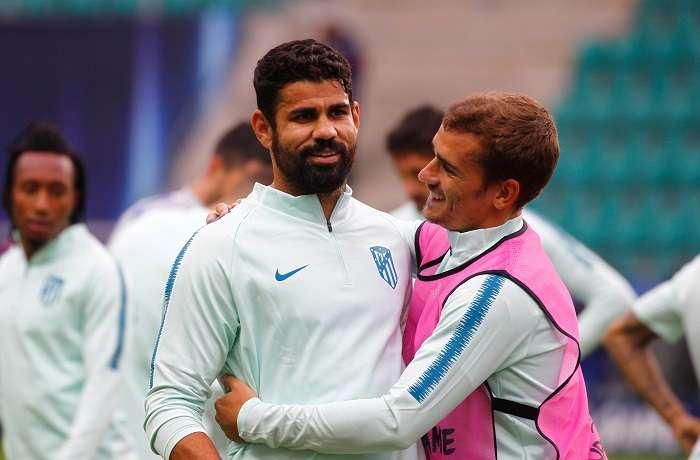 El hispano-brasileño Diego Costa y el francés Antoine Griezmann, del Atlético de Madrid, participan en una sesión de entrenamiento./EFE