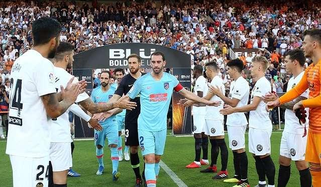 Momentos donde el Valencia realiza el pasillo al supercampeón de Europa./@Atleti