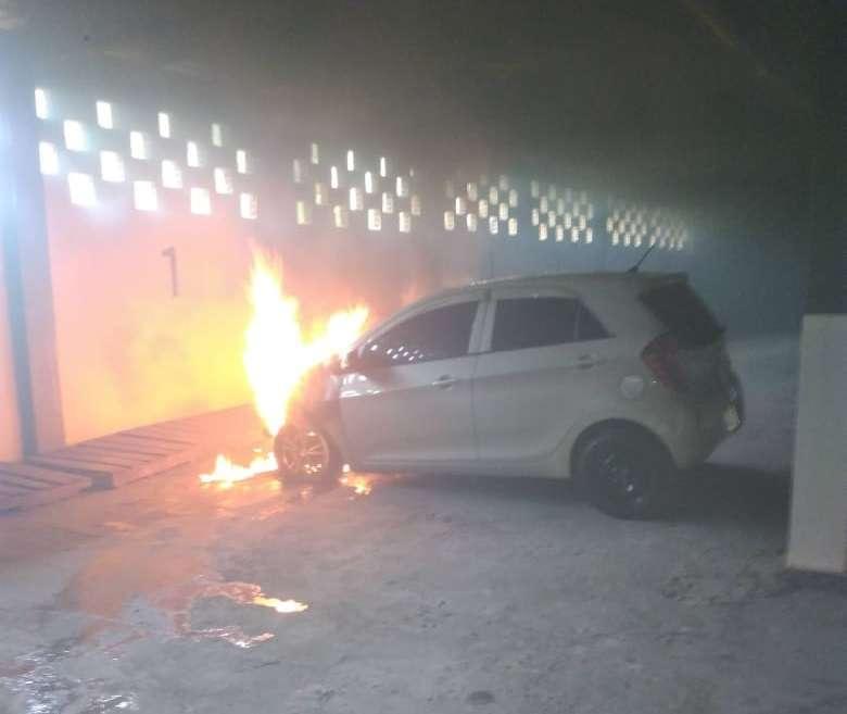 Vista general del automóvil en llamas. Foto: Eric Montenegro