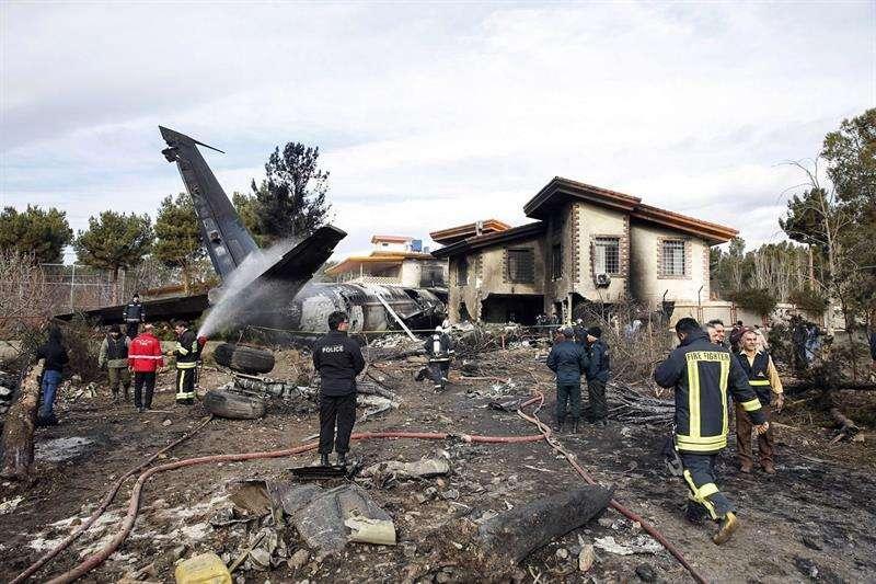 Miembros de los servicios de emergencia desplegados en el lugar tras estrellarse un avión de carga Boeing 707, cerca de la ciudad de Karag, al oeste de Teherán (Irán). EFE