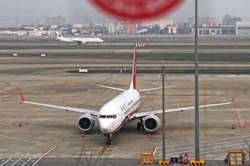 Vista de un avión de pasajeros Boeing 737 Max 8 en el aeropuerto de Shangai, China, ayer lunes. EFE