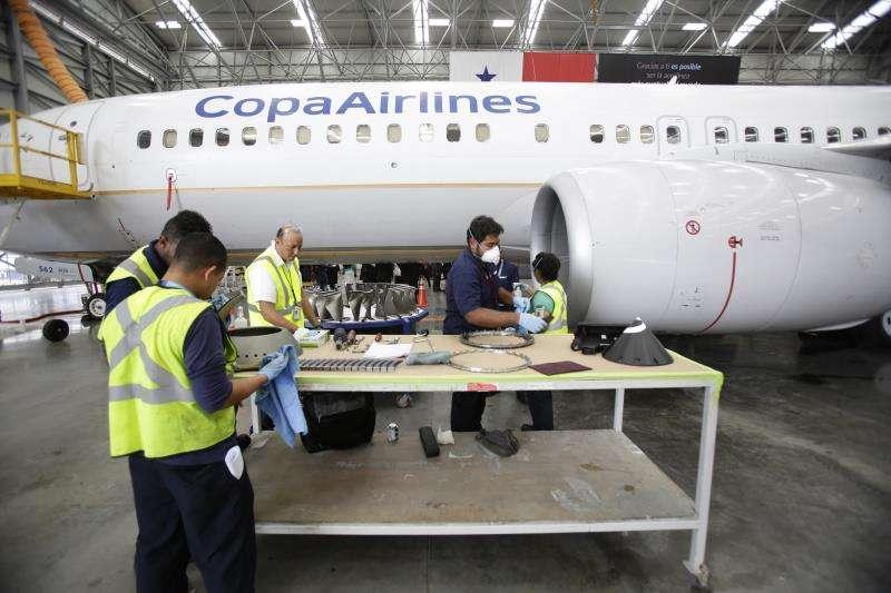 Personal da mantenimiento al interior de la turbina de un Boeing 737, este miércoles en el Aeropuerto Internacional de Tocumen en Ciudad de Panamá (Panamá). EFE