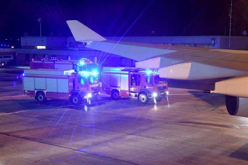 Vehículos de bomberos son vistos desde el interior del Airbus 'Konrad Adenauer' en el que viajaba hoy la canciller alemana Angela Merkel rumbo a Argentina. EFE