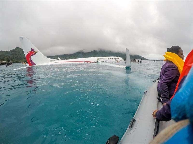 Marines de la Armada de Estados Unidos ayudan a las autoridades locales en las tareas de rescate de los pasajeros de un avión de la compañía papuana Air Niugini, que finalizó en una laguna costera de una isla de Micronesia. EFE