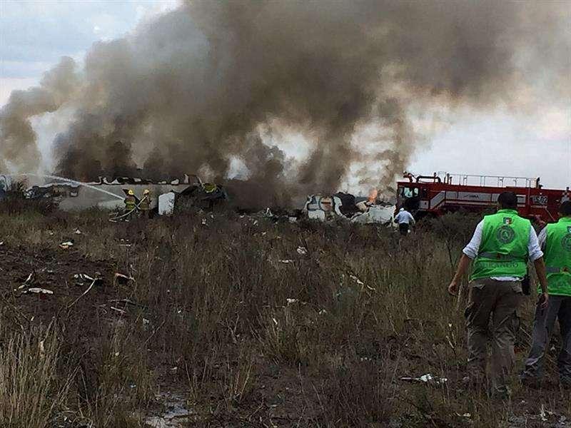 Fotografía cedida por la Coordinación Estatal de Protección Civil (CPCE) del estado de Durango, del avión de pasajeros de la aerolínea Aeroméxico que se estrelló en las inmediaciones Aeropuerto Guadalupe Victoria de Durango (México). EFE