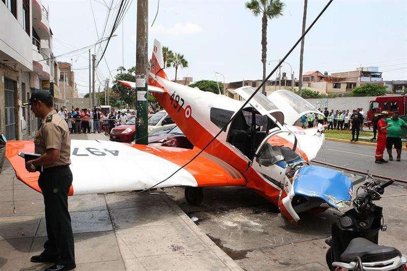 Fotografía Agencia Andina en la que se registró una avioneta de instrucción de la FAP, instantes después de aterrizar de emergencia y chocar contra un poste en la avenida Surco, a escasos 300 metros de la base aérea de las Palmas, en Lima (Perú). EFE