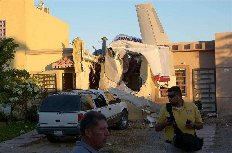 Miembros del cuerpo de Bomberos inspeccionan la zona del accidente de una avioneta, en Culiacán (México). EFE
