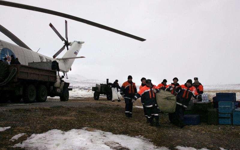 Trabajadores de los servicios de emergencia rusos acarrean ayuda humanitaria durante una operación de rescate en la localidad de Ossora, en la región de Koriakia, tras un fuerte terremoto.EFE/Archivo