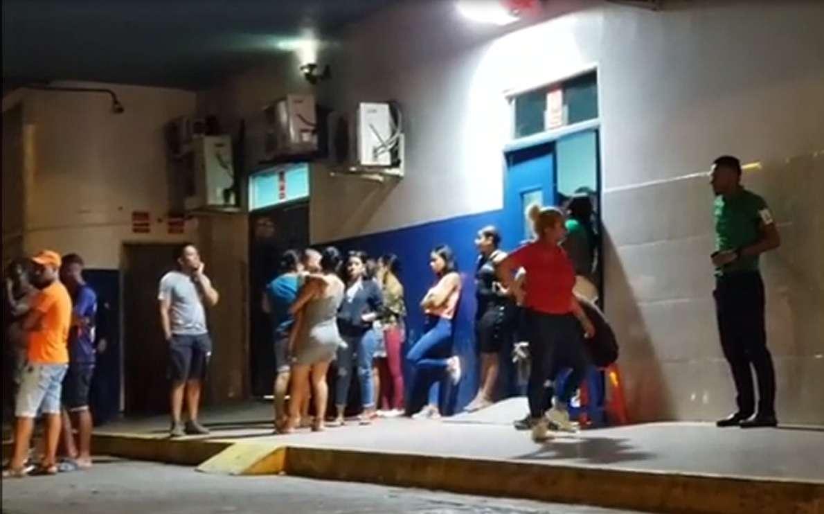Familiares del herido se presentaron, la madrugada de este viernes, al cuarto de urgencia de hospital de Colón para conocer el estado del joven.