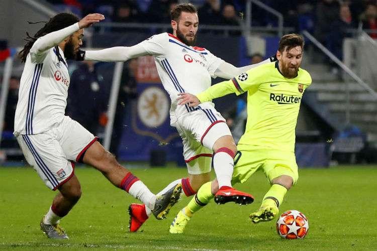 Lucas Tousart (c) de Lyon en acción contra Lionel Messi (d) del Barcelona durante el partido por los octavos de final de la Liga de Campeones de la UEFA. EFE