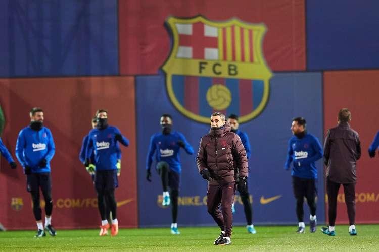 El entrenador del FC Barcelona, Ernesto Valverde, durante el entrenamiento del equipo azulgrana. Foto: EFE