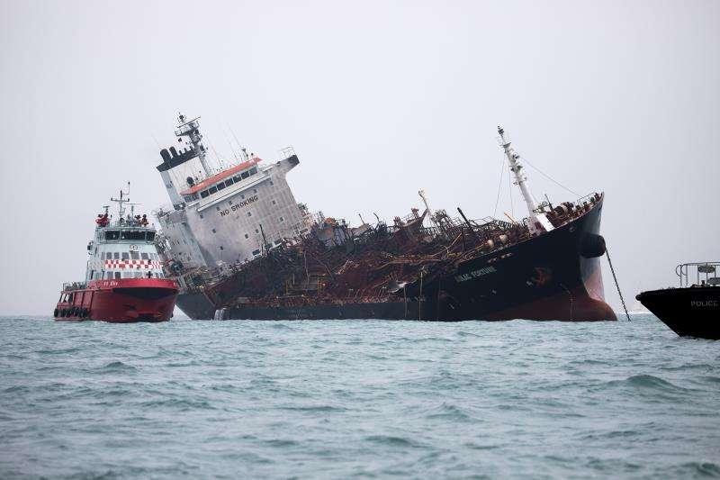 Un barco de bomberos junto al petrolero incendiado 'Aulac Fortune' en el sur de la isla de Lamma, en Hong Kong, China, hoy, 8 de enero de 2019. EFE