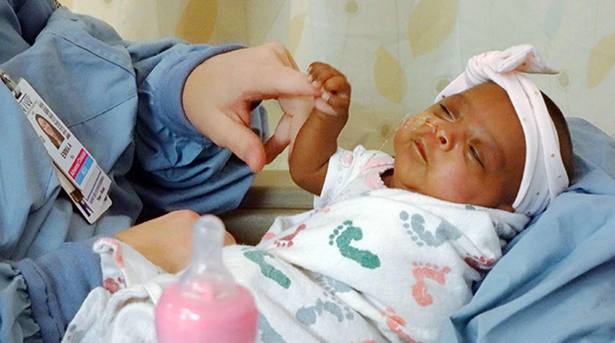 En esta fotografía de abril de 2019 facilitada por el Hospital Sharp Mary Birch para Mujeres y Recién Nacidos en San Diego, California, ve a una bebé que nació en diciembre de 245 gramos (unas 8,6 onzas). (Sharp HealthCare vía AP)