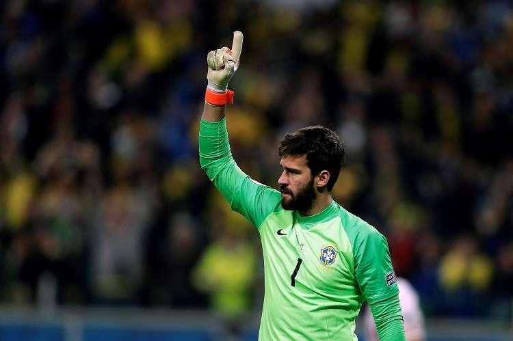 Alisson Becker de Brasil, durante el partido Brasil-Paraguay de cuartos de final de la Copa América. Foto: AP