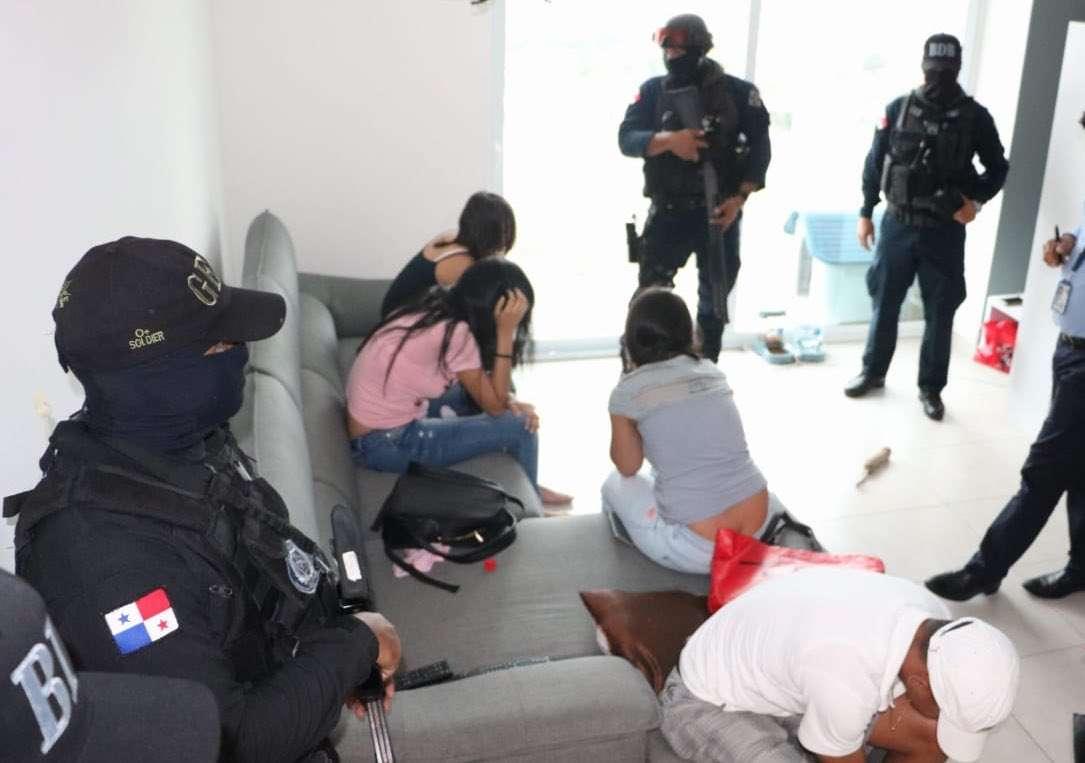 Estas damas fueron rescatadas por las autoridades judiciales.