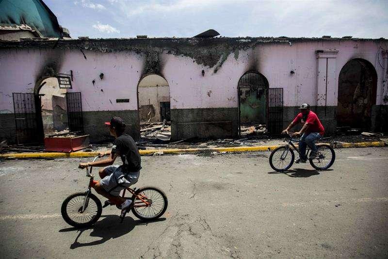 Vista del edificio de la biblioteca de Masaya incendiado durante las protestas contra el Gobierno del presidente de Nicaragua, Daniel Ortega, hoy, domingo 13 de mayo de 2018, en la ciudad de Masaya (Nicaragua). EFE