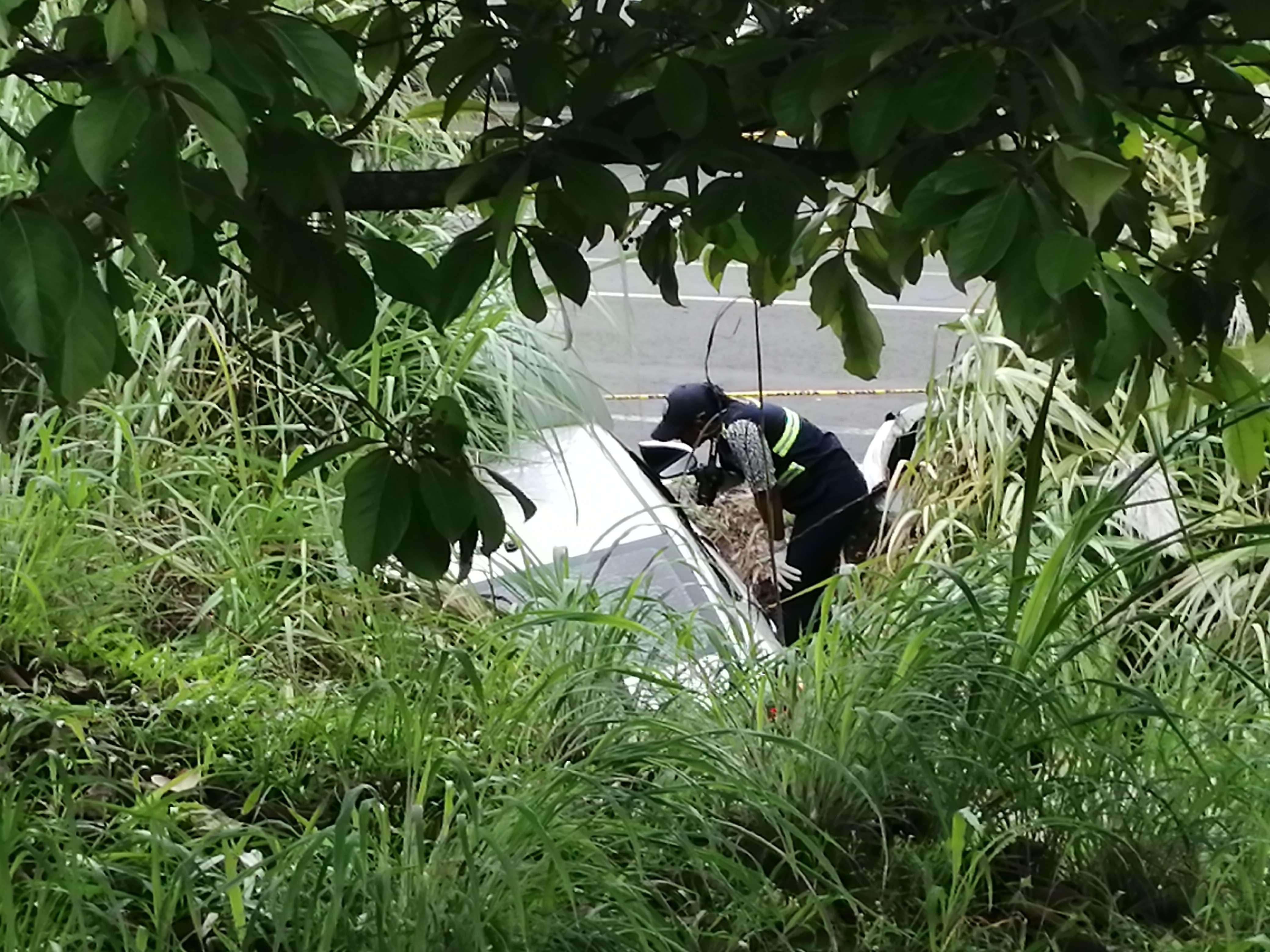 A consecuencia del choque el vehículo quedó metido en una cuneta en medio del herbazal.  Foto: Eric Montenegro