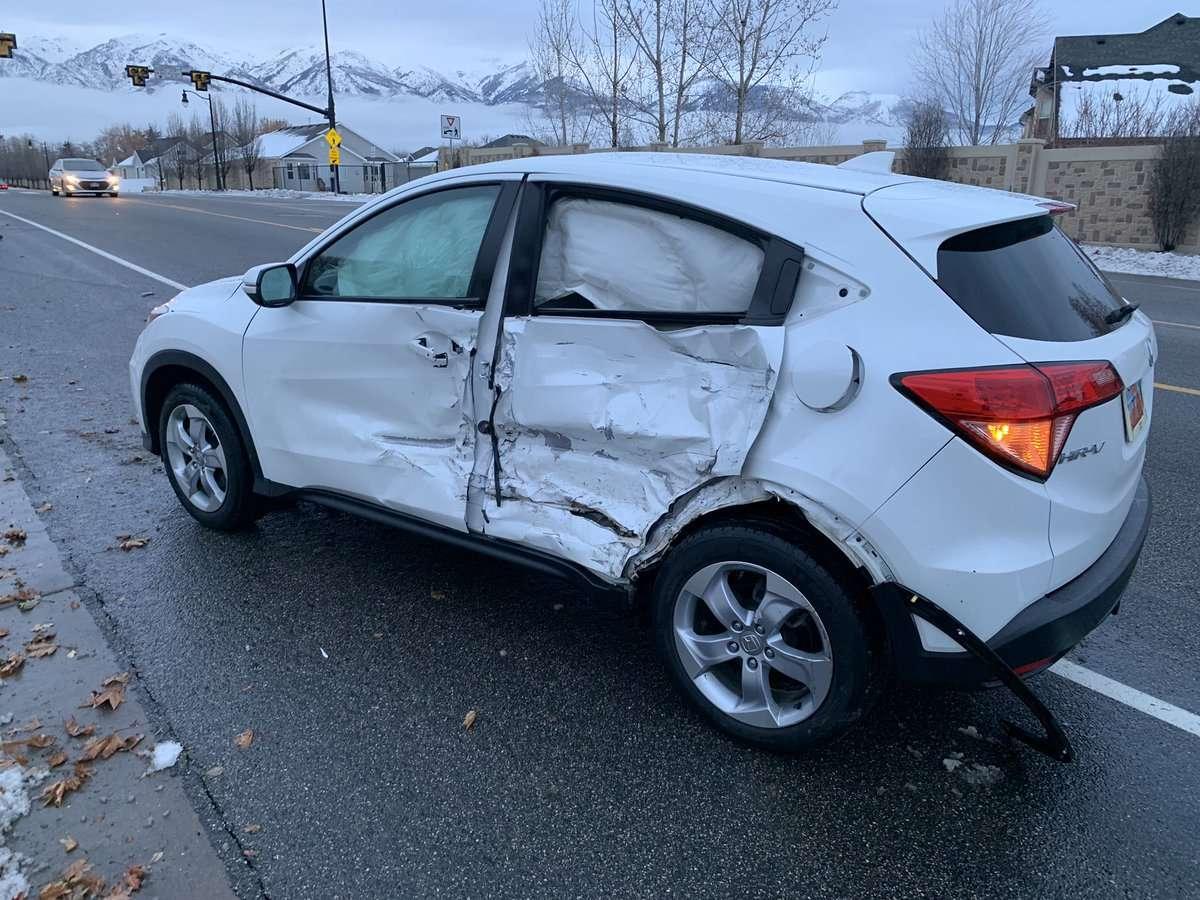 Esto sucedió después de que el conductor cubriendo sus ojos mientras conducía en Layton Parkway.  Foto:  @laytonpolice