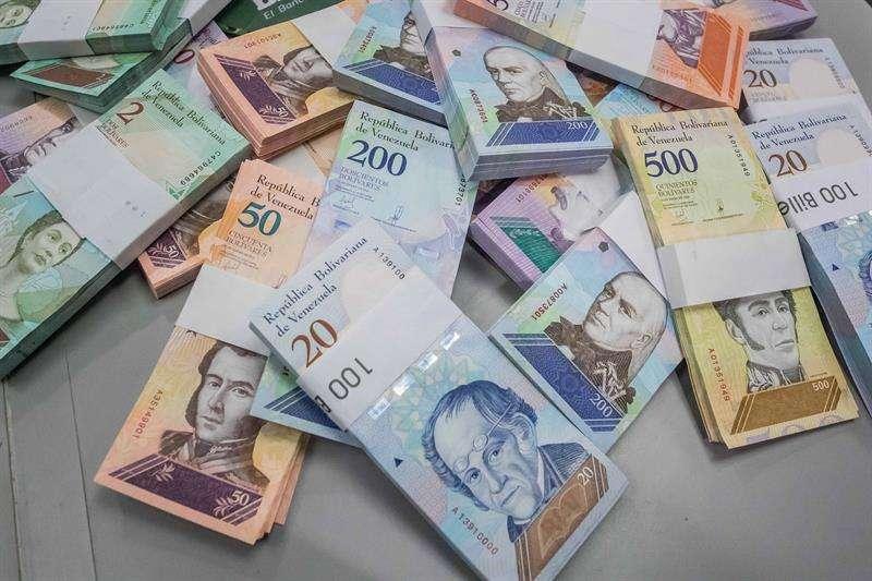 El salario mínimo pasó de 4,73 a 18,95 dólares según la tasa oficial de cambio, lo que mantiene a los casi 4.000.000 de trabajadores que lo perciben en situación de pobreza extrema, según Naciones Unidas. EFE/Archivo