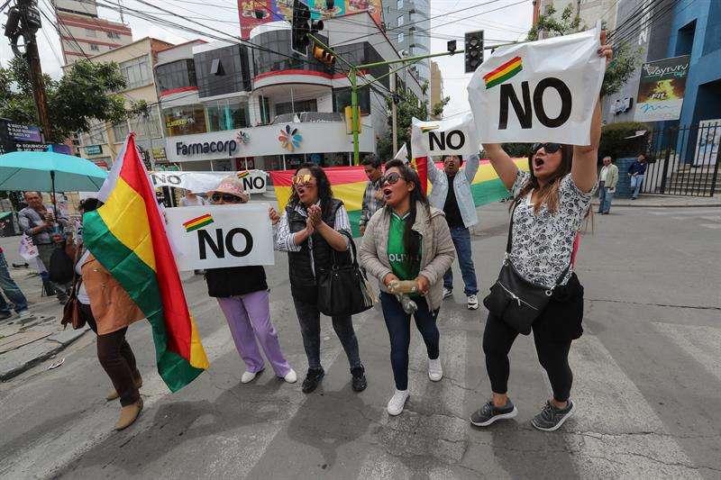 Decenas de activistas contrarios a la reelección de Evo Morales se manifiestan hoy en las puertas del Tribunal Supremo Electoral (TSE), en La Paz (Bolivia). EFE