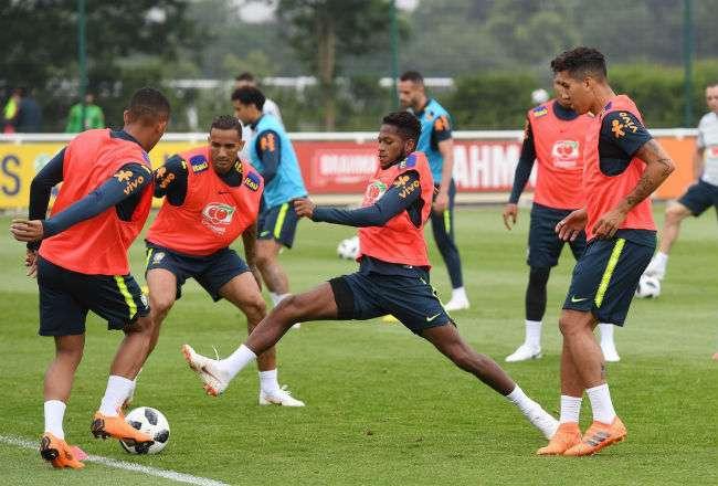 Los jugadores de la selección brasileña de fútbol participan en un entrenamiento. Foto:EFE