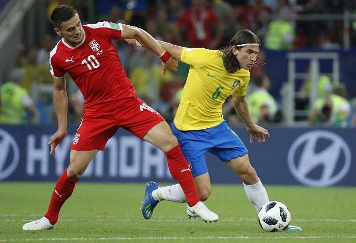 Filipe Luis disputa el balón con Dusan Tadic en el encuentro Brasil-Serbia./EFE