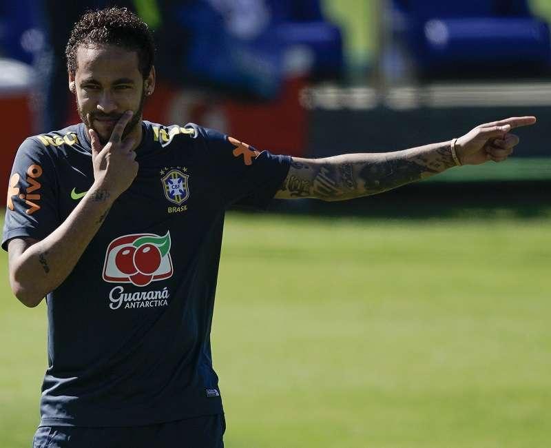 Neymar en el entrenamiento de hoy con la selección brasileña. / Foto AP